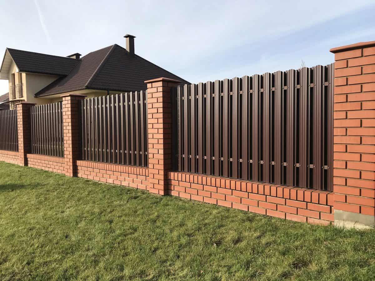 Budowa ogrodzenia zgodnie z prawem. Przepisy, warunki techniczne, finansowanie