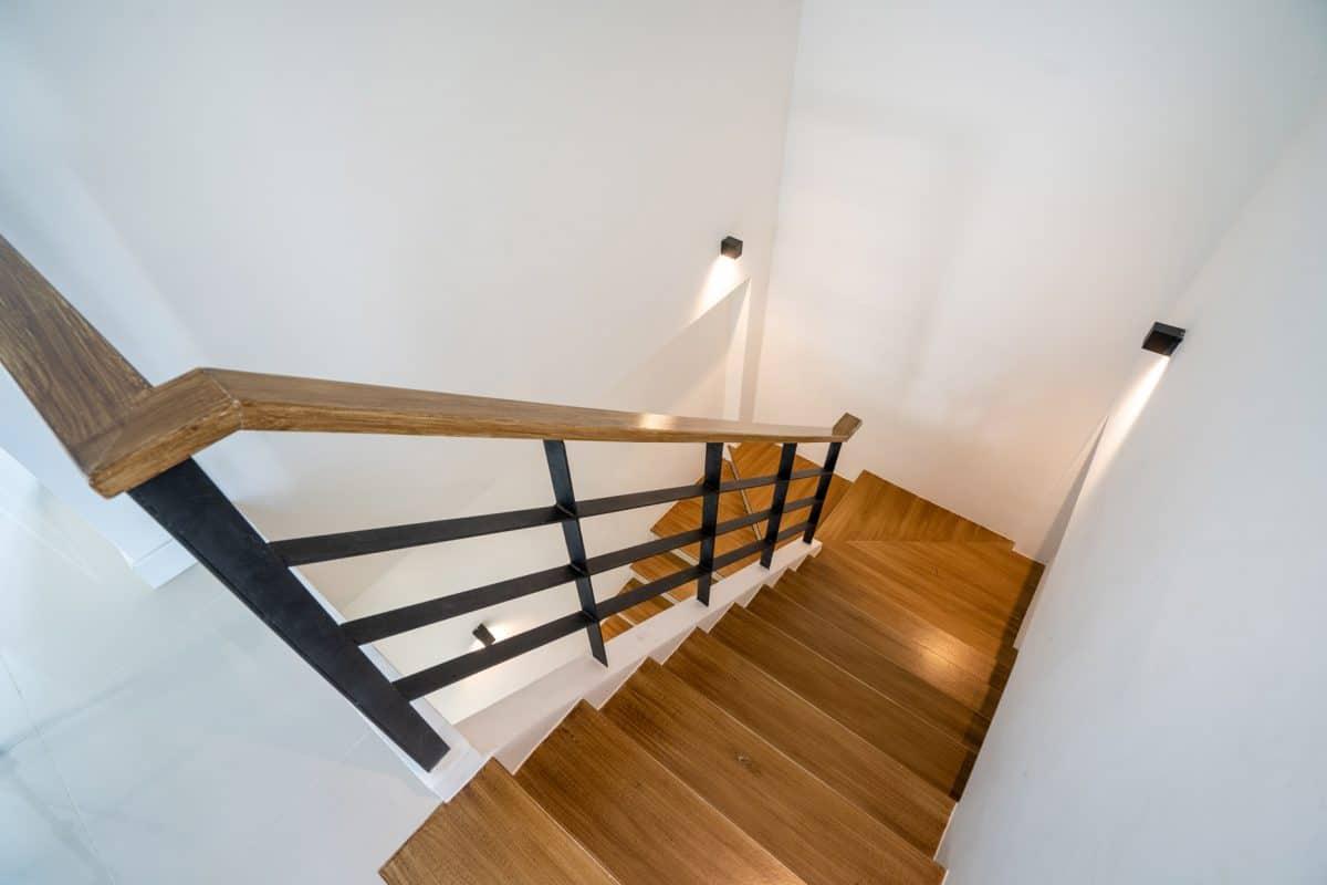 Jak oświetlić schody na piętro w domu jednorodzinnym?