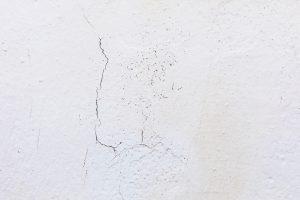 Pękający tynk. Jak uniknąć pękania i odpadania tynku oraz gładzi?