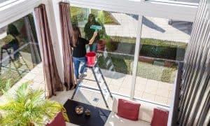 Mycie dużych i wysokich okien. Fot. KRAUSE