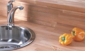 Olejowany i lakierowany drewniany blat kuchenny. Konserwacja drewnianego blatu w kuchni